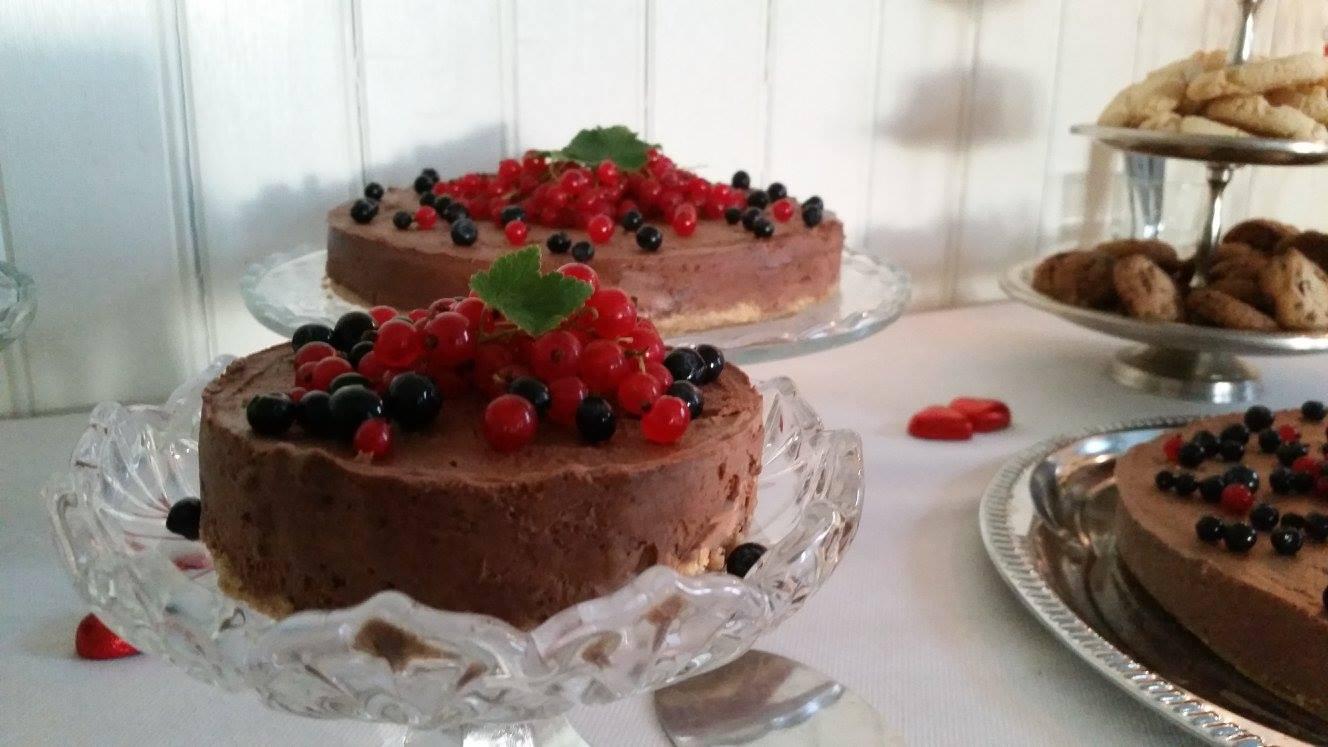 Suklaamoussekakku marjoilla allergiakakku pitopalvelu salo Cafe 68
