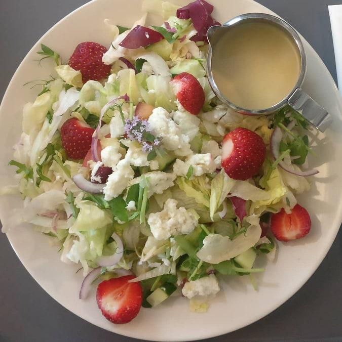 Kesäinen mansikkasalaatti Cafe 68 Salo